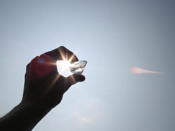 Hand mit glänzendem Diamant